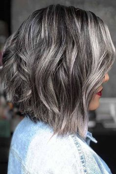 Highlighted Salt And Pepper ❤️ Salt and pepper hair color is here to prove that going grey is the coolest thing a woman can have in her life. Dive into our gallery, it's full of inspiring ideas: natural gray variations on lon Dark Grey Hair Color, Brown Hair Colors, Long Gray Hair, Grey Ombre, Grey Hair Bob, Ombre Bob, Ombre Hair, Balayage Hair, Pelo Color Plata