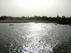 http://mundodeviagens.com/viagem-rio-nilo-no-egipto/ - Quando viajei pelo Egipto em Maio de 2010 tive a oportunidade de passar 1 semana a navegar no Rio Nilo, o mais extenso do Mundo. Partimos de Luxor e uns dias depois estávamos em Assuão. Foi inegavelmente uma das melhores viagens da minha vida e por isso mesmo senti que mais do que uma vontade era minha obrigação partilhar em vídeo e fotos alguns desses momentos.