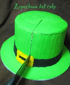 check out link- in spanish (i think), but pics show hat design INSIDE cake! Holiday Desserts, Just Desserts, St Patricks Day Cakes, Leprechaun, Inside Cake, Hat Cake, Vintage Cakes, Just Cakes, Cakes For Boys