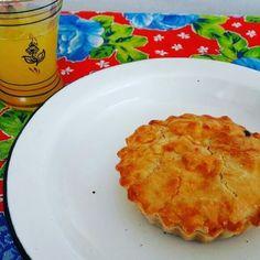 Hora do almoço. Que tal uma Mini Torta de Frango sem gluten e lactose. #chickenpie #glutenfree #lactosefree 🌱🐔🐄🍫🍰 @donamanteiga #donamanteiga #danusapenna  #amanteigadas #gastronomia #food #dessert #pie www.donamanteiga.com.br