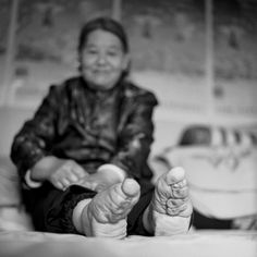 The last remaining Chinese women who were subjected to the painful practice, also known as lotus feet, have been captured in a series of poignant black and white images by Hong Kong photographer, Jo Farrell. Bbc News, White Photography, Portrait Photography, Women In China, Moving Photos, Bad Photos, Photo Documentary, Reportage Photo, Photo Series