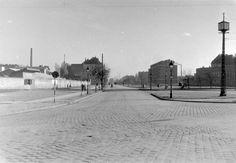 1958,Róbert Károly körút.Gyanítom ezen a képen is kevesen ismerik fel aRóbert Károly körútat...Egy nagyságreddel hosszabb ideig volt ilyen, 2 X 1 sávos, mint a ma látható 2 X 3-4!Lechner Ödön ötlet-tervét már 1872-ben elfogadta az akkor Közmunkatanács, pedig akkor még Budapest sem volt...Jobb oldalon a József Attila Színház a felfedezhető támpont.