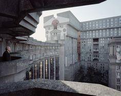 Souvenir d'un Futur van Laurent Kronental. De vormgeving de naoorlogse urbanisatie van Parijs. Meer te zien bij LOeil de la Photographie.