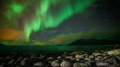 Buer estava prestes a partir, quando foi surpreendido por essa linda aurora boreal em uma praia da Noruega