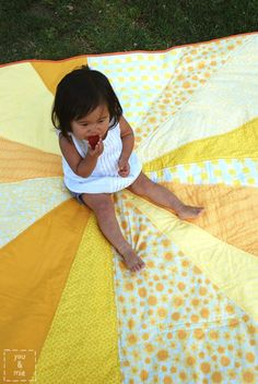 Tutorial: Sunburst Picnic Blanket | you and mie - make a few changes with quilt batting and cotton fabric for backing, and this would make a beautiful baby quilt, too!