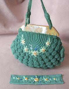 Vintage 1930 Crochet Bolsa com Bakelite, Verde, Azul e Amarelo Flores bordadas