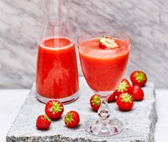 (Take a quarter of a kilo of strawberries, squeeze a lime and pour 33 ounces lemonade. It really is not to make a refreshing virgin strawberry daiquiri) Daiquiri, Summer Snacks, Summer Drinks, Strawberry Daquiri, Virgin Cocktails, Rick E, Ice Cream Candy, Dessert For Dinner, Different Recipes