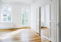 Eine typische Altbauwohnung mit hohen Räumen, Kassettentür, Stuck und Dielenboden, Foto: Friedberg/Fotolia.