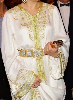 "الأميرة لالة سلمى تتألق بقفطان أبيض ومضمّة وحقيبة ذهبية في حفل عشاء خيري بأبيدجان ""صور"" Arab Fashion, Womens Fashion, Lehenga, Kaftan Style, Moroccan Caftan, Traditional Outfits, Couture Fashion, Evening Dresses, Fashion Dresses"