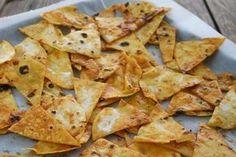 """Fiesta Mexicana – es geht doch manchmal nichts über salzig-knackige Chips mit einem richtig feurigen und einem etwas """"besänftigenden"""" Dipp. Die Auswahl an Tortilla-Chips ist heutzutage ja sogar in Discountern groß, aber selbst gemachte Chips schmecken einfach um ein Vielfaches besser und intensiver. Da wir Menschen und keine Maschinen sind, sehen die selbst gemachten Chips …"""