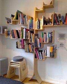 Adoro essas ideias de estantes em forma de árvore. Além de lindo tem uma simbologia maravilhosa. #arvoredoconhecimento #ideiasdiferentes #referencia