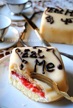 """tortine soffici """"eat me"""" con crema al mascarpone e marmellata di fragole"""