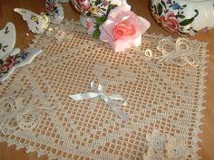 Centro all'uncinetto realizzato a filet con applicazioni di fiori e farfalle. Centrotavola crochet.Centrino di cotone ecru. Ornamento casa