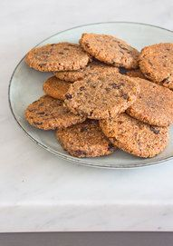 INGREDIENTS: ground almonds, 1 cups 12 medjool dates, 1 cup 1 tablespoon chia seeds 3 tablespoons almond milk Handful of dark chocolate chips or raisins, about Healthy Cookies, Healthy Treats, Cookie Recipes, Snack Recipes, Snacks, Vegan Sweets, Healthy Desserts, Date Cookies, Deliciously Ella