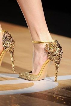 Golden heels | More party lusciousness here: http://mylusciouslife.com/photo-galleries/wining-dining-entertaining-and-celebrating/