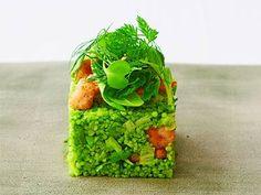 岸田 周三さんのリ・ド・ヴォーを使った「リ・ド・ヴォーのタブレ」のレシピページです。高級食材リ・ド・ヴォーと庶民的な食材スムールを組み合わせ、鮮やかな冷製パスタサラダ「タブレ」をつくります。驚き、楽しさ、美しさが盛り込まれた究極の逸品に。 材料: リ・ド・ヴォー、スムール、野菜スープ、C、D、E、F、ハーブ、こしょう、塩、強力粉、揚げ油