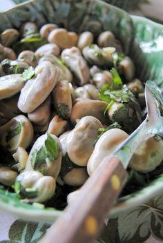 Salada de favas com coentros e alho