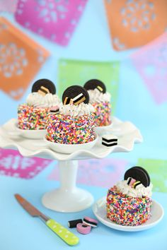 Mini Oreo Sprinkle Cakes Look at these sweet and colorful cakes, aren't they wonderful? Also tasty, easy to be made and with a lot of ingredients in them and a cute Oreo on the top of it. Mini Desserts, Just Desserts, Dessert Recipes, Cake Recipes, Bonbon Fruit, Mini Cakes, Cupcake Cakes, Yummy Treats, Sweet Treats