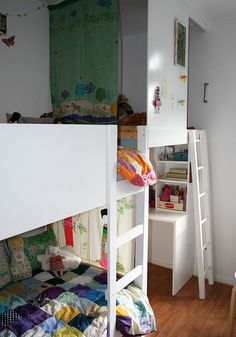 bunk bud with the little house next to it   great use of the small space ! kids room idea.... Twins??