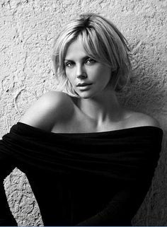Charlize Theron Dares You to S. is listed (or ranked) 16 on the list The Hottest Charlize Theron Photos of All Time Short Hair Styles For Round Faces, Short Hair With Layers, Short Hair Cuts, Medium Hair Styles, Long Hair Styles, Curly Short, Pixie Cuts, Short Pixie, Pixie Pony