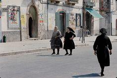 Puglia Cagnano Varano 1968: donne per strada.   #TuscanyAgriturismoGiratola