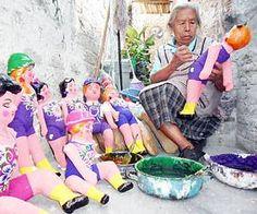 A los 78 años de edad, doña Juanita Romero Banda trabaja con el mismo gusto de su juventud realizando muñecas de cartón y pintando sus rostros, manos, vestidos.