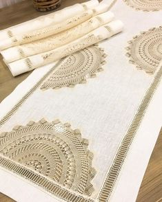 Muhteşem ✨Runner✨ bir de buradan göz atın (kaydırmalı) 💁🏼♀️👌🏻 Sewing Tutorials, Sewing Projects, Bargello, Cutwork, Ribbon Embroidery, Needle And Thread, Crochet Flowers, Doilies, Table Runners
