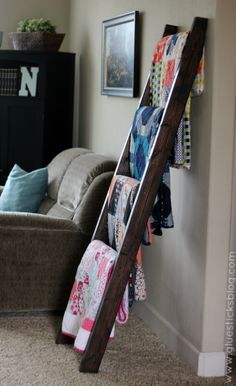 DIY Quilt Ladder Behind the couch so dogs stop pulling down and laying on blankets. Wooden Blanket Ladder, Quilt Ladder, Wood Ladder, Diy Ladder, Ladder For Blankets, Wooden Ladder Decor, Ladder Display, Throw Blankets, Escalera Quilt
