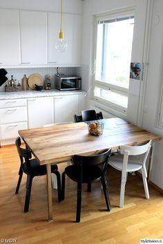 diy ruokapöytä (ikean tuunattu runko + liimapuulevy) ja tuolit (vanhat kirjaston tuolit)