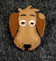 Broszka z filcu Pies Ferdynand. Broszka z filcu - pies Ferdynand uszyty z filcu o grubości 1 mm. W całości uszyty ręcznie i wypchany watoliną. Wielkość broszki to 4,5 na 6 cm.