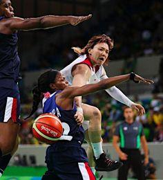 パスを出す吉田 :フォトニュース - リオ五輪・パラリンピック 2016:時事ドットコム