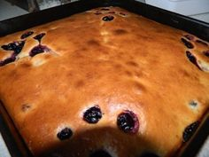 Конечно же существует много разнообразных рецептов, а также есть пироги-сметанники и торты-сметанник...