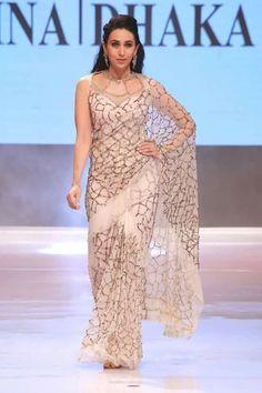 Karishma Kapoor in sexy saree look for ramp Trendy Sarees, Stylish Sarees, Fancy Sarees, Indian Dresses, Indian Outfits, Collection Eid, Saree Jackets, Saree Trends, Sari Dress