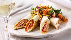 Hienonna paprika. Levitä tortilla työpöydälle. Aseta 2 viipaletta Aamupalaa/tortilla, paprikaa, 2-3 viipaletta keittokinkkua ja persiljaa. Kierrä tiukoiksi rulliksi. Lämmitä halutessasi rullat saumapuoli alaspäin mikrossa. Fresh Rolls, Cheddar, Tacos, Mexican, Ethnic Recipes, Food, Red Peppers, Cheddar Cheese, Essen