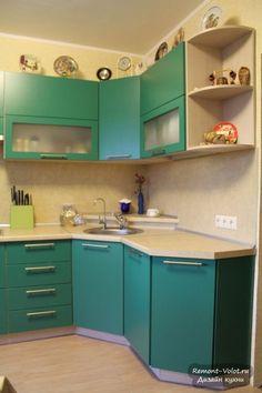 Угловая кухня с матовыми зелеными фасадами за 3900$