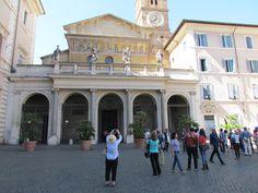Basílica de Santa María en Trastevere, Roma. Fundada en el siglo III por el papa Calixto I, renovada durante el papado de Inocencio II (1130-1143). La fachada, que conserva en la parte superior un mosaico del siglo XIII, está precedida por el pórtico proyectado por Carlo Fontana en 1702. En el interior, de tres naves sobre columnas (inspirada en la Basílica de Santa María la Mayor), destacan el bello techo de madera, diseñado por Domenichino.