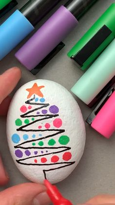 Rock Painting Patterns, Rock Painting Ideas Easy, Rock Painting Designs, Paint Designs, Stone Crafts, Rock Crafts, Holiday Crafts, Christmas Pebble Art, Christmas Rock