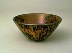 玳玻天目茶碗 (中国南宋時代13世紀、吉州窯、高8.2/口径17.0)。中国江西省吉安市永和鎮にあった吉州窯で生産され、あたかも玳瑁の甲、つまり鼈甲のような発色をみる天目茶碗を天目と呼び、また鼈盞、玳瑁盞とも呼ぶ。器形は大きく二種類に分かれる。一つは、建盞のようにすぼみ気味の形であり、高台はいたって低く、あるかなしかといった程度である。もう一つは、大きく口を開いた平碗形である。この茶碗は、銀覆輪がかけられた大振りの平碗形で、内面に菱形の切紙文が三個配されている。菱形文の中には樹木と鹿とみえる文様が置かれている。外側は黒釉に鼈甲斑が美しく出ている。三代将軍家光の長女千代姫が、二代光友に嫁したとき、嗽茶碗として持参したとの伝承がある。