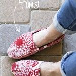 Painting TOMS (A Tutorial) - tape off soles, stuff shoe with tissue or newspaper, hold lace doilies in place with pins and spray paint