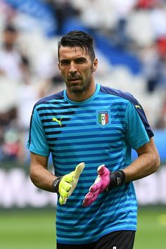 #EURO2016 Italy's goalkeeper Gianluigi Buffon warms up ahead the Euro 2016 round of 16 football match between Italy and Spain at the Stade de France stadium in...