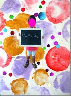 On pose pour la photo avec son prénom écrit sur une grande ardoise. On utilise des ballons de baudruche en guise de tampons pour faire des ronds en peinture nacrée sur une grande feuille blanche. Succès garanti