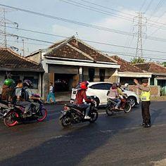 Polisi Selalu Ada Pagi Hari Disaat Warga Sibuk Di Simpang Tiga Mangkrengan Lekok