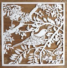 Original papercut la main d'oiseaux dans les branches sans cadre