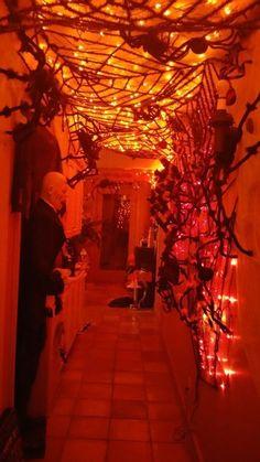 Spooky lighting ideas for halloween night 2019 00001 ~ Home Decoration Inspiration Comida De Halloween Ideas, Fröhliches Halloween, Creepy Halloween Decorations, Outdoor Halloween, Halloween Parties, Haunted House Decorations, Garage Halloween Party, Halloween Costumes, Pumpkin Decorations