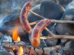 Grillimakkara Un verano finlandés no está completo sin grillimakkara. Estas grandes salchichas para asar se comen con mostaza y cerveza. A los finlandeses les encanta. Los niños crecen comiéndolas cada verano en la cabañay durante el invierno alrededor de una fogata.