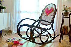 un'idea semplice per decorare una sedia a dondolo col maxi punto croce