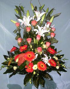 ARREGLO SUEÑO DE AMOR  (Código A024) Consta de rosas lilium yerberas con verde en tono obscuro y base de oasis más papel de arroz  Valor: $ 45.990