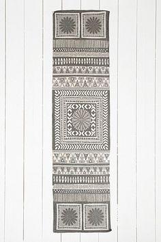 "Teppich ""Sajana"" in Grau, 2 x 8 Fuß - Urban Outfitters"