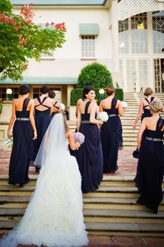 Oooh, i love the dark blue on the bridesmaids!