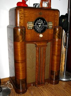 Zenith - My grandparents had one very similar to this. Radio Record Player, Record Players, Vintage Tv, Vintage Antiques, Jukebox, Antique Radio Cabinet, Tvs, Old Time Radio, Retro Radios
